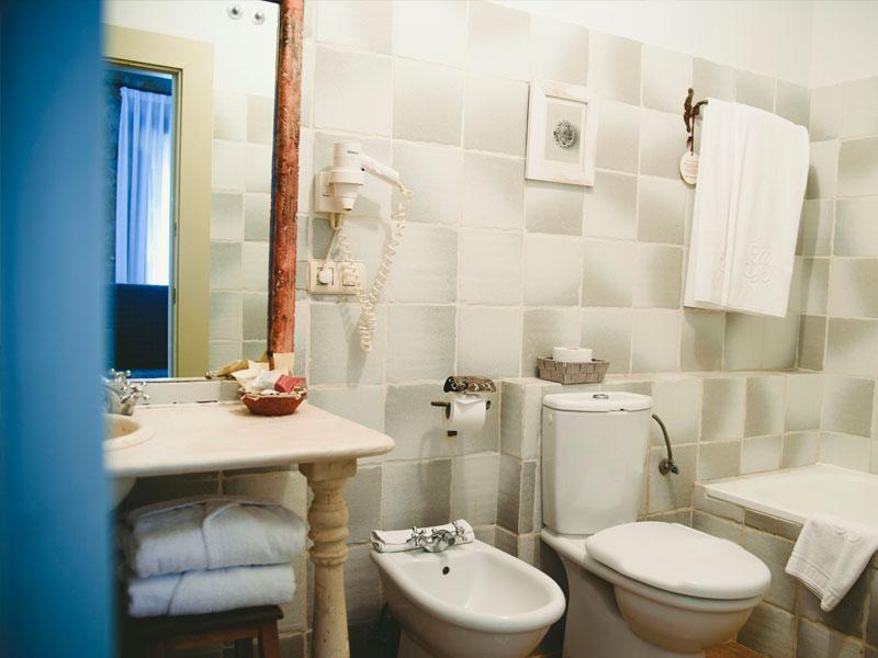 mini suite clasica hotel en brinas bano